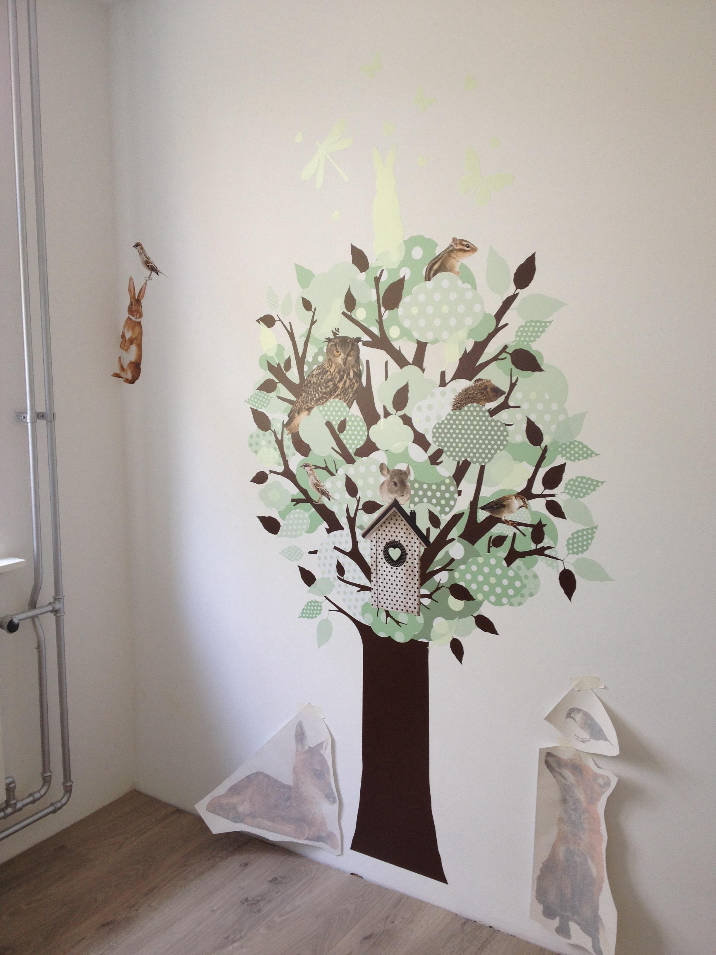 Hoe plak je muurstickers kijk hoe je een boom muursticker for Gordijnen babykamer mintgroen
